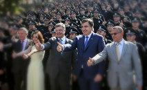 Петр Порошенко и Михаил Саакашвили на презентации новой патрульной полиции в Одессе, август 2015 года, архивное фото