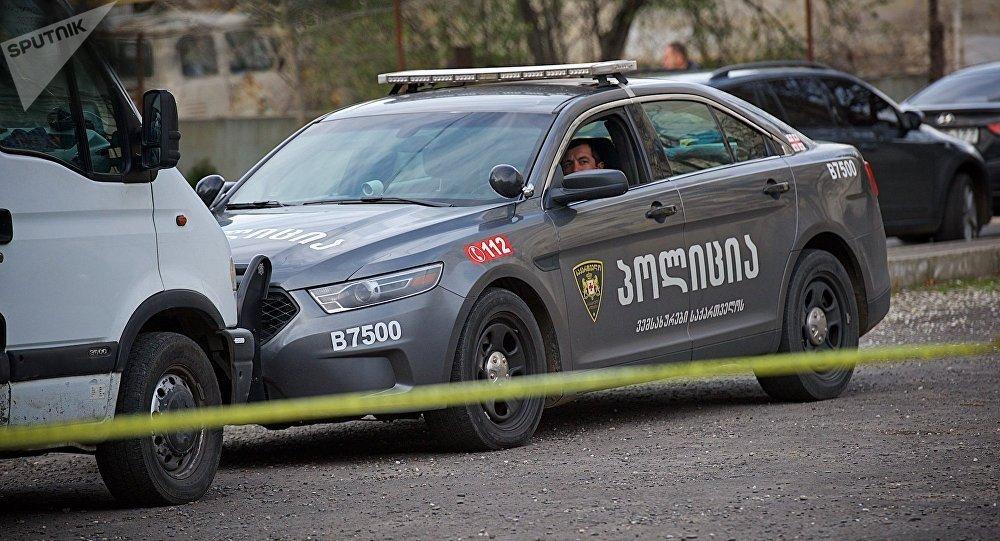 Сотрудник патрульной полиции в служебной машине