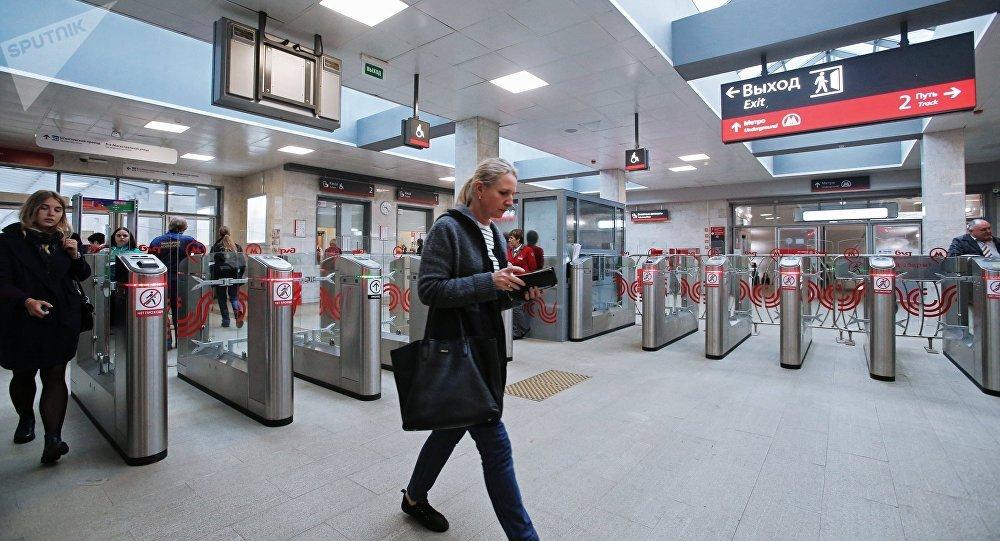 Около закрытых станций метро Замоскворецкой линии раздают бесплатный чай