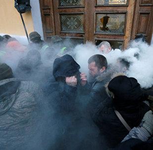 Сторонники Саакашвили в Киеве штурмуют вход в Октябрьский дворец. Нацгвардия обороняется от них, используя против демонстрантов пену из огнетушителей