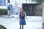 Безоружная женщина встала между солдатами и протестующими в Вифлееме
