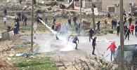 Палестинцы бросали камни в израильских солдат на КПП в Рамалле
