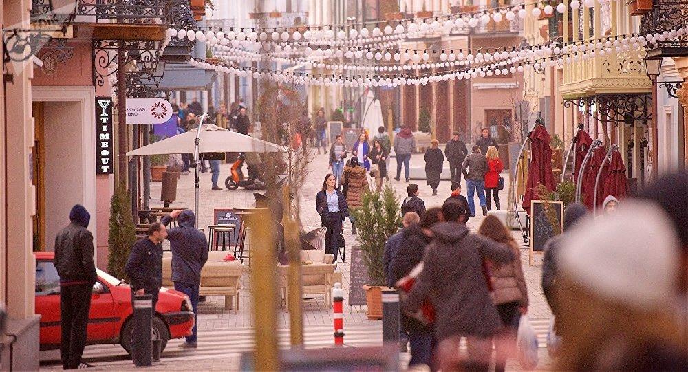 Люди гуляют по обновленному проспекту Агмашенебели в центре грузинской столицы