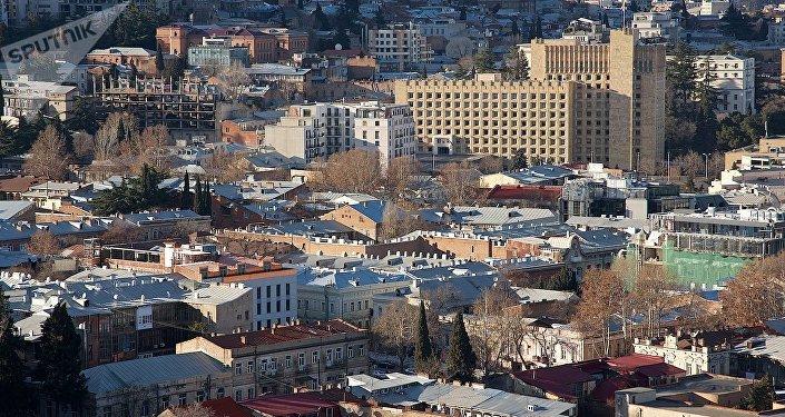 Вид на центр Тбилиси и здание правительственной администрации