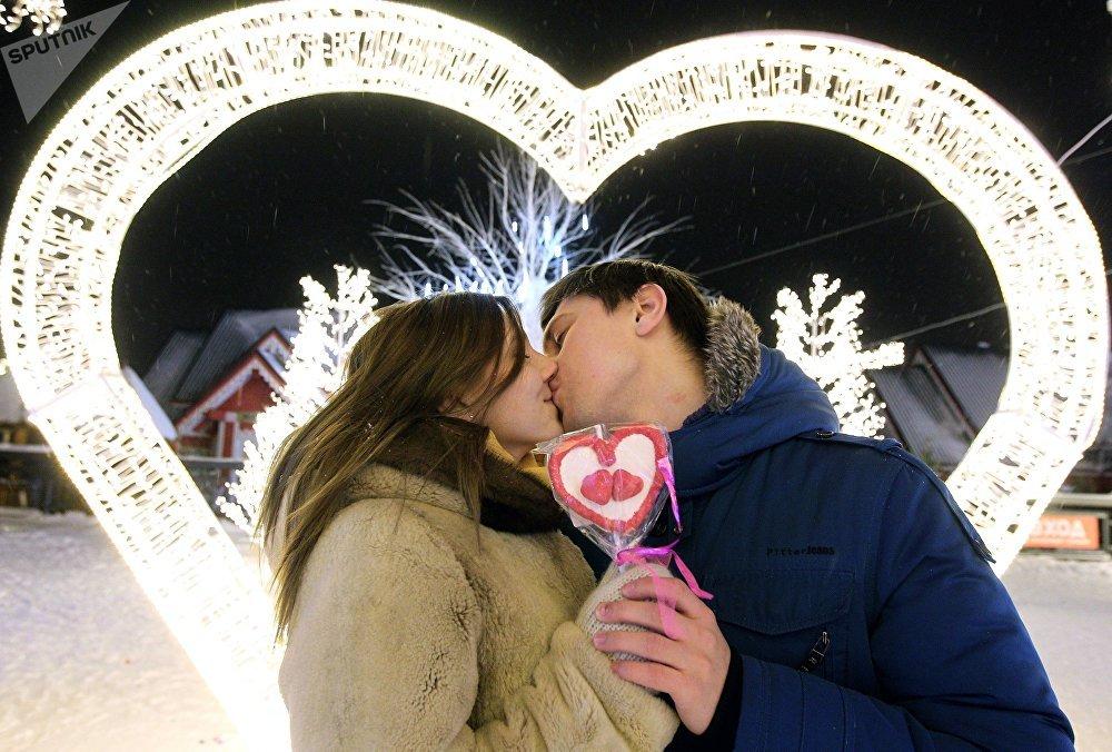 ქალაქ კაზანში შეყვარებულთა ხეივანზე შეყვარებულები ერთმანეთს კოცნიან, რუსეთი