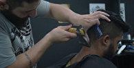 Сирийский беженец стрижет людей в Бразилии с помощью топора
