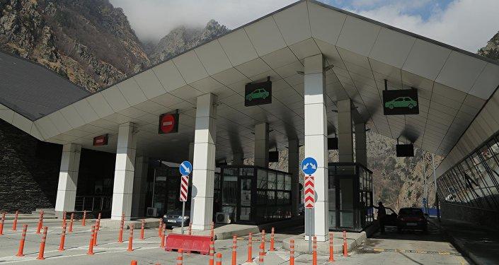Таможенно пропускной пункт Казбеги в Степанцминда на грузино-российской границе