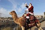 Санта-Клаус прокатился на верблюде по Иерусалиму