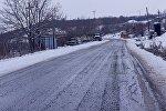 Сельская дорога зимой в горах