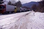 Очередь из грузовых фур на Военно-Грузинской дороге зимой
