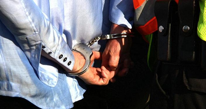 Человек в наручниках задержан