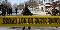 Полицейские и сотрудники сил безопасности на месте взрыва в Кабуле