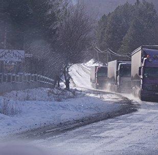 სატვირთო ავტომობილი ზამთარში მთებში
