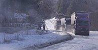 Грузовые трейлеры едут по дороге зимой в горах