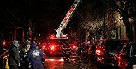 Пожарные работают на месте возгорания в жилом доме в Бронксе, Нью-Йорк