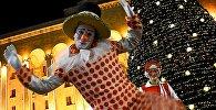 Клоуны у главной новогодней елки Грузии на проспекте Руставели