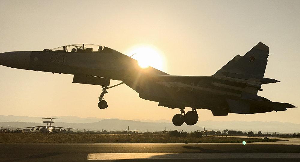 Российский военный самолет на взлете