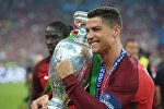Игрок сборной Португалии Криштиану Роналду с кубком чемпионата Европы по футболу - 2016