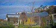 Вид на президентский дворец и новый концертный зал из парка Рике