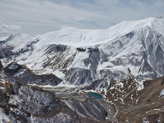 Казбегский район - вид на горы Кавказа и Крестовый перевал