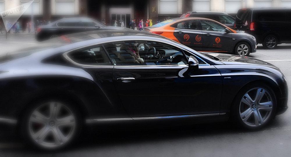 «Белый цвет приносит удачу»: вТуркменистане запретили черные автомобили
