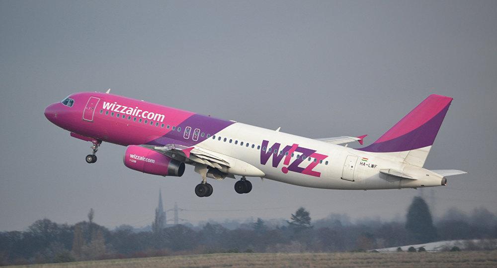 Самолет компании Wizz Air  совершает взлет
