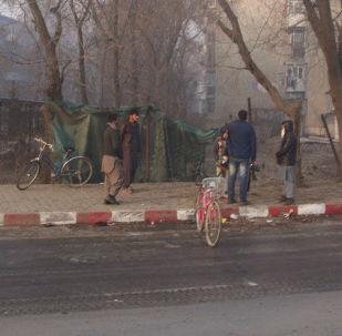 Люди на месте взрыв смертника в Кабуле