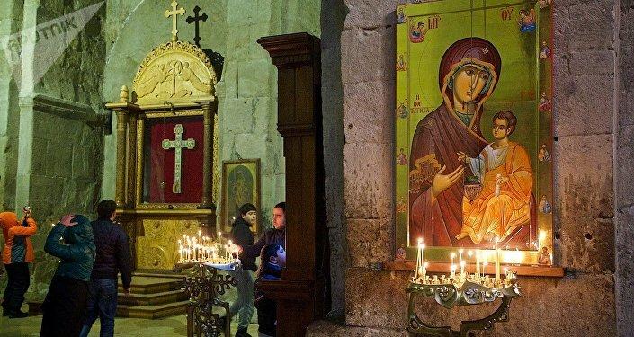 Икона Божьей матери и крест в храме Светицховели во Мцхета