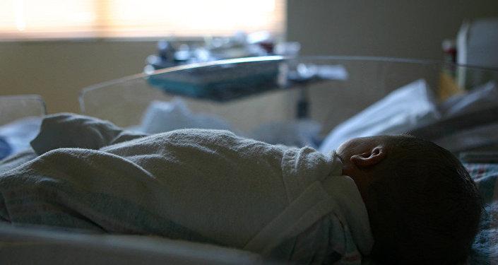 Новорожденный ребенок лежит в больнице