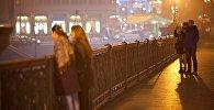 Тбилиси в тумане - туристы гуляют по Метехскому мосту