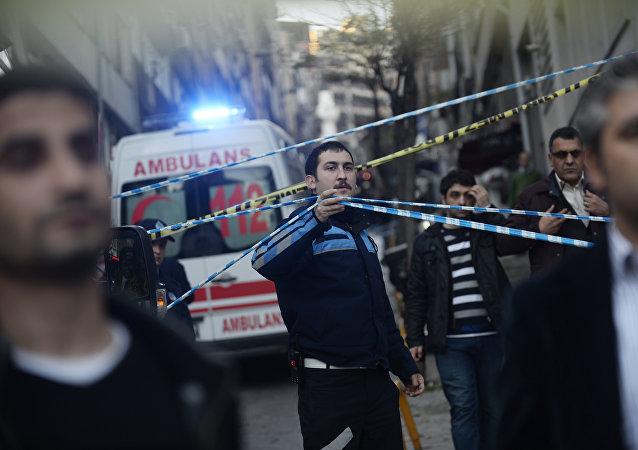 Машина Скорой помощи на улицах Стамбула, Турция - архивное фото