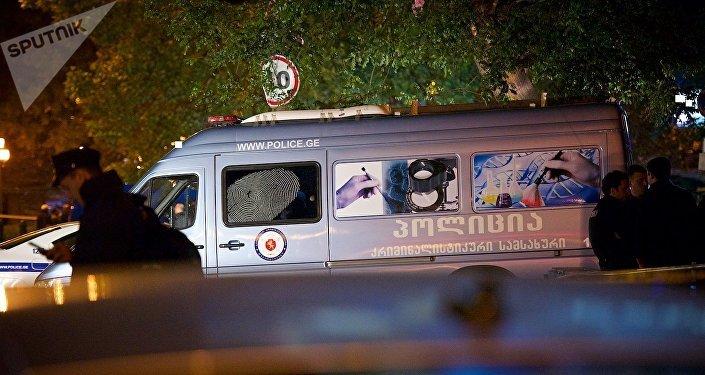Криминалисты и сотрудники чрезвычайных служб работают на месте взрыва в столице Грузии