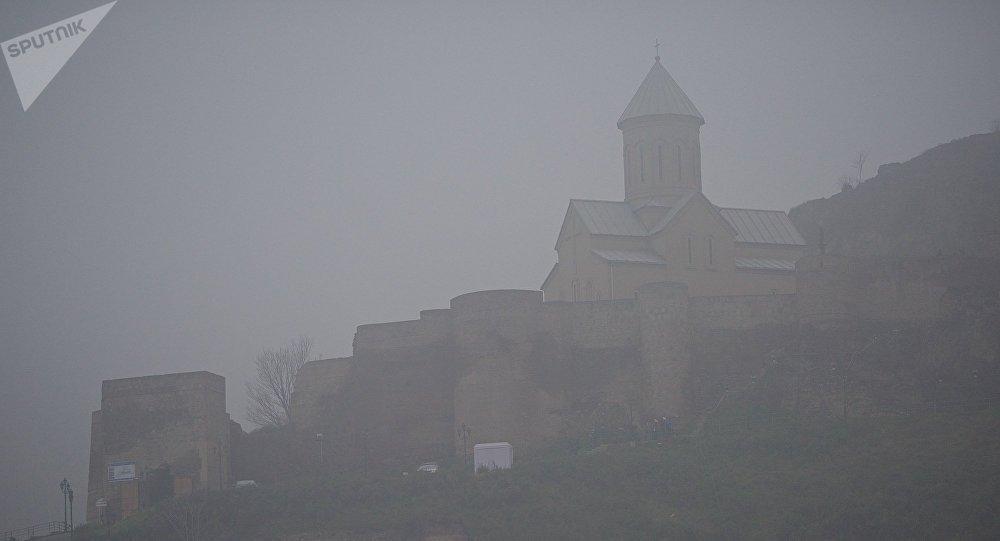 Тбилиси в тумане - крепость Нарикала и церковь Святого Николая Чудотворца