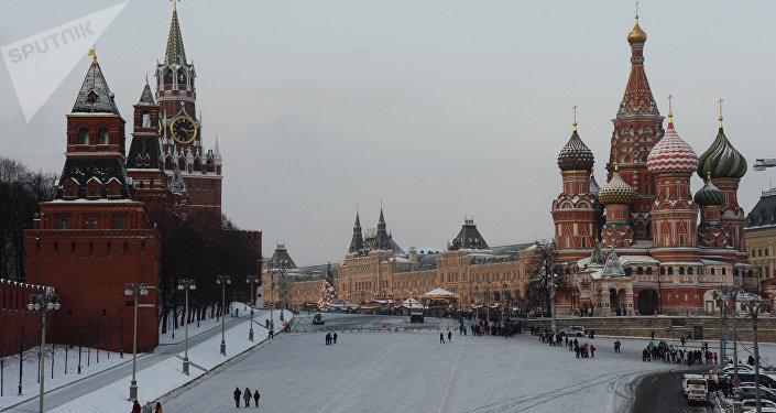 Площадь Васильевский спуск и Красная площадь в Москве