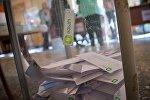 Избирательные бюллетени в урне для голосования