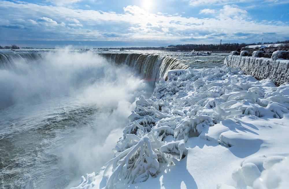 Ниагарский водопад - это на самом деле комплекс водопадов на реке Ниагаре, отделяющий американский штат Нью-Йорк от канадской провинции Онтарио