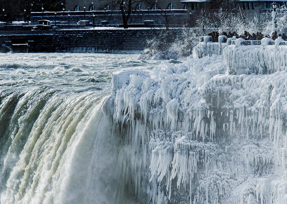 Несмотря на то, что зимой часть реки замерзла, водопад каждую минуту продолжал обрушивать 150000 тонн воды со скоростью 113 км/ч, что соответствует энергии столкновения четырех тысяч грузовиков