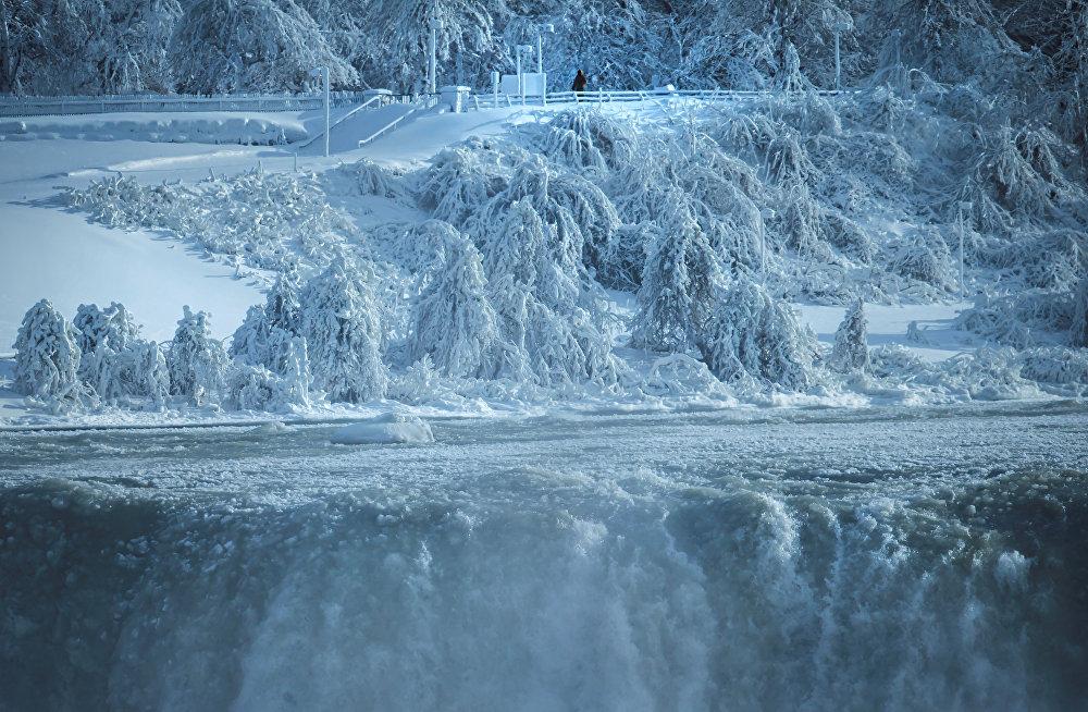 Красота этого чуда природы привлекает множество туристов со всего мира, что способствует процветанию городов, расположенных на берегах водопада — Ниагара-Фолс в штате Нью-Йорк, США и Ниагара-Фолс в провинции Онтарио, Канада