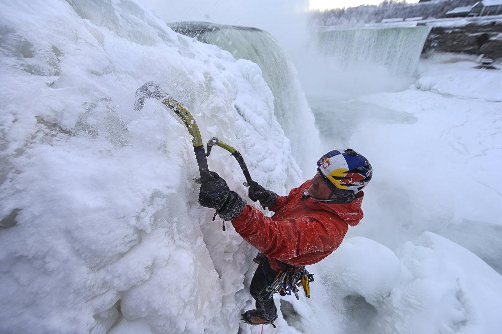 Уилл Гадд стал первым человеком в мире, которому удалось покорить Ниагарский водопад, разделяющий Канаду и США – по ледяной стене