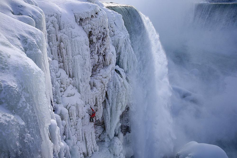 Гадд прошел по северной стороне знаменитой Подковы. Он начал подъем от замерзшей реки Ниагары и поднялся к смотровой площадке на Гоат Айленд, участку суши, который разделяет водопады Подкова и Америкэн Фоллз