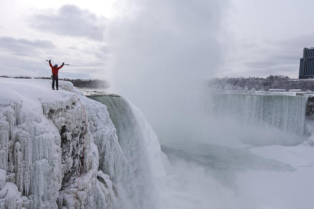 Гадд прошел по льду около 43 метров, его маршрут пролег как раз по границе между Канадой и США. Очень символично для спортсмена, который имеет двойное гражданство этих соседних государств – Уилл родился в Колорадо (США), но уже долгое время живет в канадской провинции Альберта