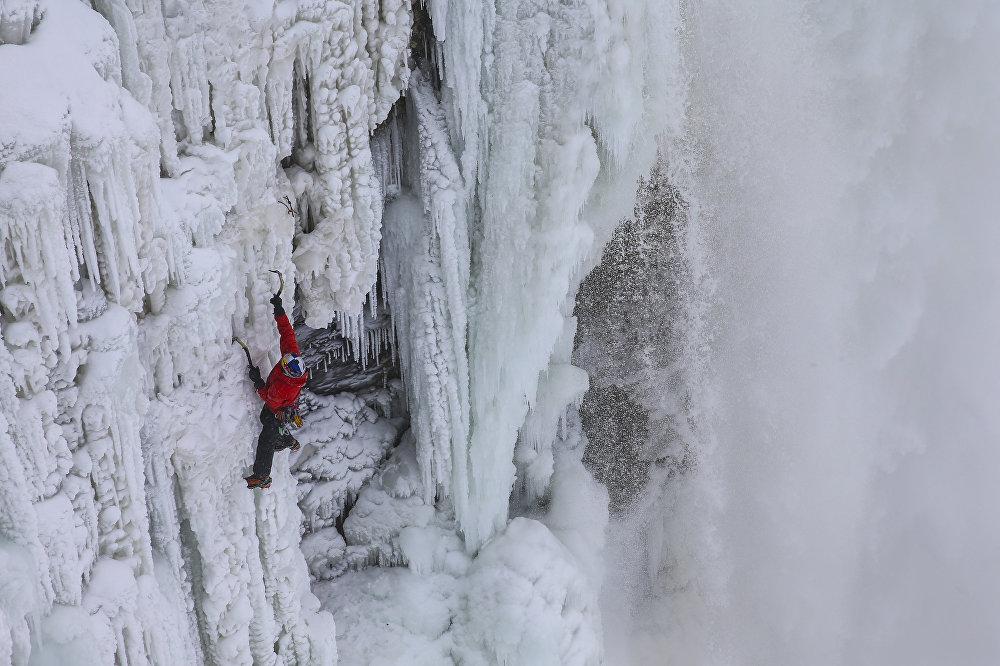 Экстремальщик Уилл Гадд, которого называют Покорителем вершин, решил подняться на замерзший Ниагарский водопад с помощью всех лишь двух ледорубов