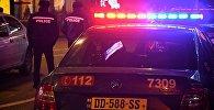 Сотрудники патрульной полиции на фоне полицейской машины