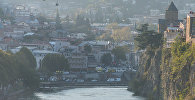 Исторический район Абанотубани и Метехская церковь в центре Тбилиси