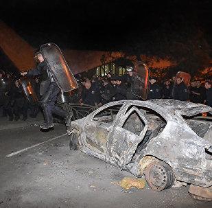 Полиция наводит порядок на улицах Батуми после начала погромов участниками стихийной акции протеста