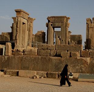 Женщина идет по Персеполису, город Шираз в Иране