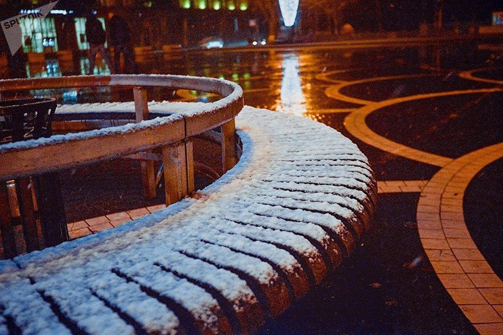 Для Рустави снег зимой это редкость и ему тут рады