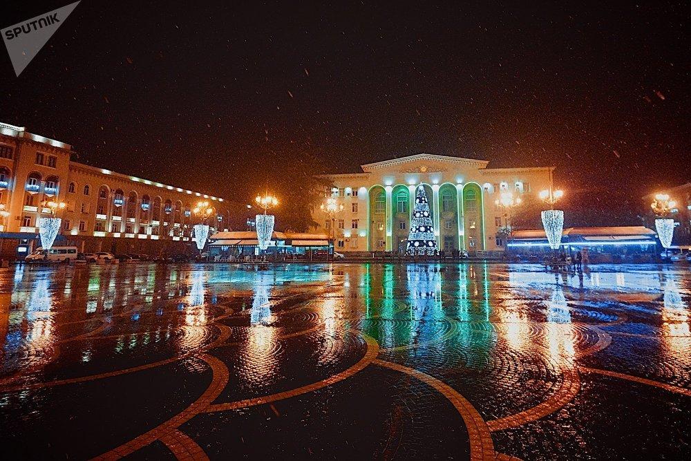 Так во время снегопада выглядела центральная площадь в городе Рустави, где расположено здание городской администрации