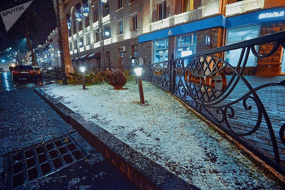 Первый снег в городе Рустави пролежал всего несколько часов