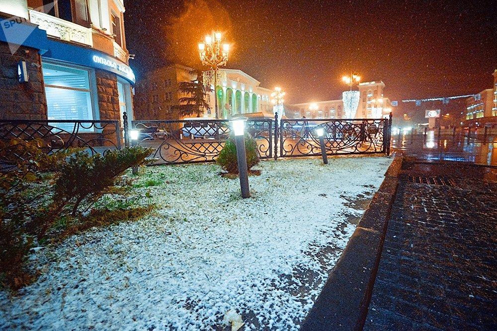 Но мороза не было - и снег продержался на городских улицах всего несколько часов